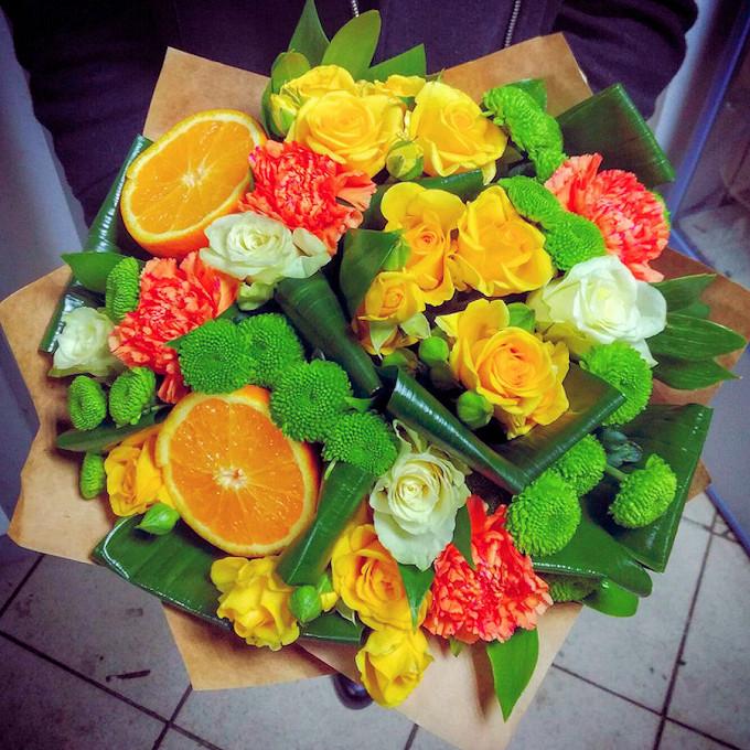 Роза Кения (белый, 50 см) — 5 шт., Роза кустовая (желтый) — 5 шт., Хризантема кустовая Филин Грин (зеленый) — 4 шт., Аспидистра — 7 шт., Упаковка Крафт-бумага …