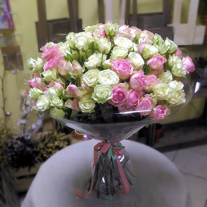 Роза кустовая (нежно-розовый) — 15 шт., Роза кустовая (белый) — 16 шт., Лента — 2 шт., Упаковка Прозрачная пленка — 1 шт.
