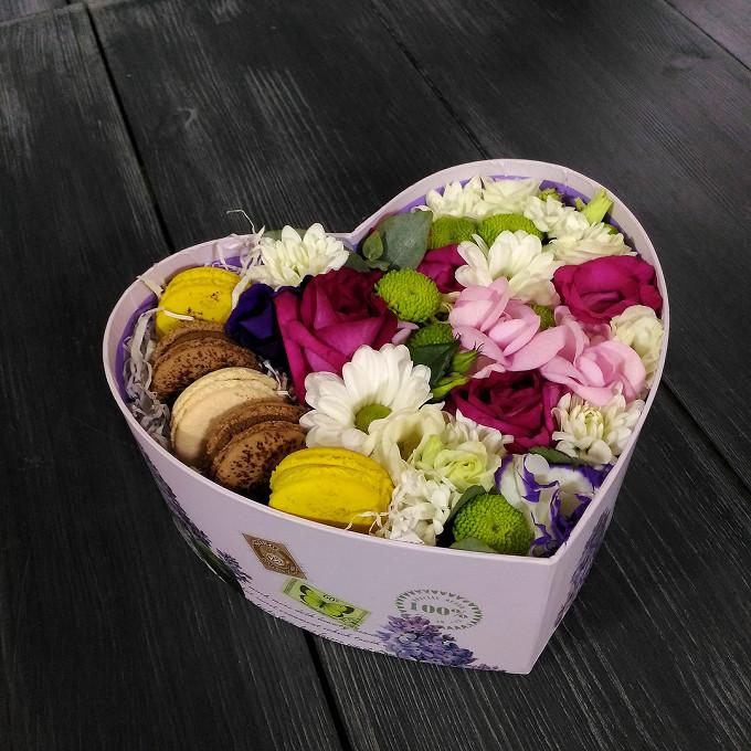 Роза Кения (ярко-розовый) — 5 шт., Макаронс 1 шт. — 5 шт., Хризантема кустовая (белый) — 3 шт., Оазис — 2 шт., Коробка (сердце, средний) — 1 шт., Лизиантус (ми…