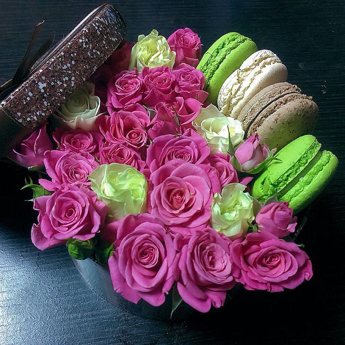 Роза Кения (белый) — 5 шт., Макаронс 1 шт. — 4 шт., Роза кустовая (нежно-розовый) — 10 шт., Оазис — 1 шт., Коробка (круг, средний) — 1 шт., Розовая лента — 5 ш…