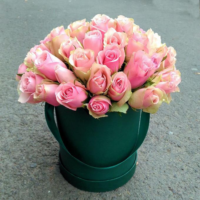 Роза Эквадор (нежно-розовый) — 51 шт., Шляпная коробка (большой) — 1 шт., Лента — 1 шт., Оазис — 2 шт.