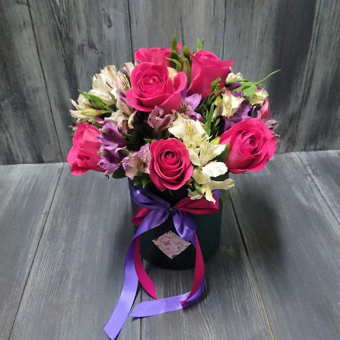 Роза Кения (нежно-розовый) — 9 шт., Альстромерия (белый) — 9 шт., Альстромерия (нежно-сиреневый) — 8 шт., Шляпная коробка (малый) — 1 шт., Оазис — 1 шт., Лента…