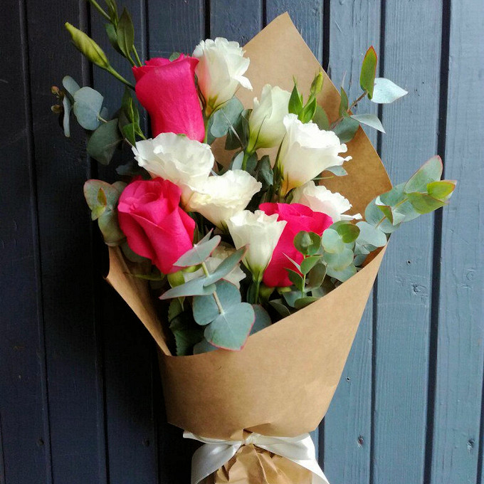 Упаковка Крафт-бумага — 2 шт., Лента — 1 шт., Эвкалипт — 2 шт., Лизиантус (белый) — 6 шт., Роза (розовый, 60 см) — 3 шт.