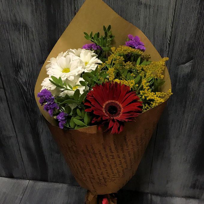 Лента — 1 шт., Упаковка Крафт-бумага — 1 шт., Хризантема кустовая (белый) — 1 шт., Гербера (красный) — 1 шт., Статица (фиолетовый) — 3 шт., Солидаго (желтый) —…