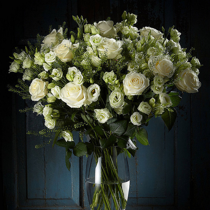 "Роза Кения (белый, 60 см) — 15 шт., Лизиантус (белый) — 21 шт., Тласпи ""Грин Белл"" — 7 шт., Салал — 5 шт., Лента — 1 шт."