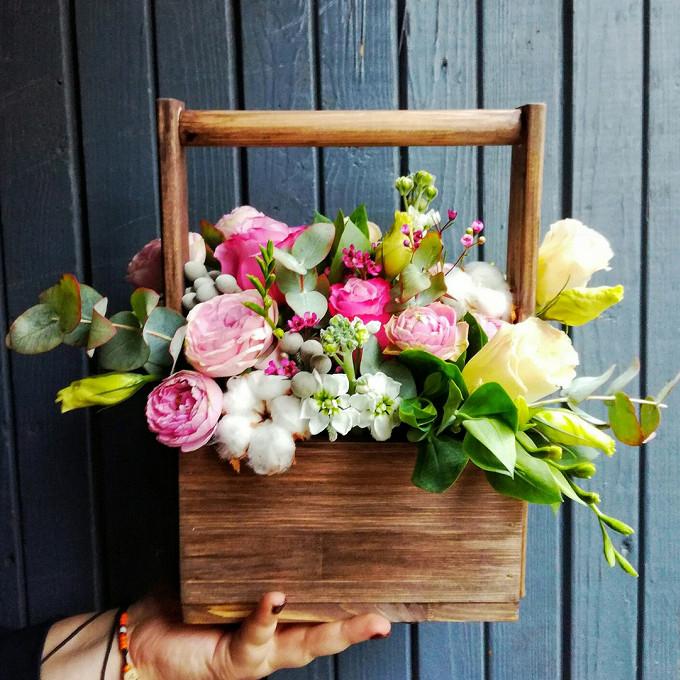 Роза Кения (микс (разных цветов)) — 3 шт., Ящик прямоугольный (с ручкой) (прямоугольник, малый) — 1 шт., Хлопок (белый) — 3 шт., Роза кустовая пионовидная (неж…