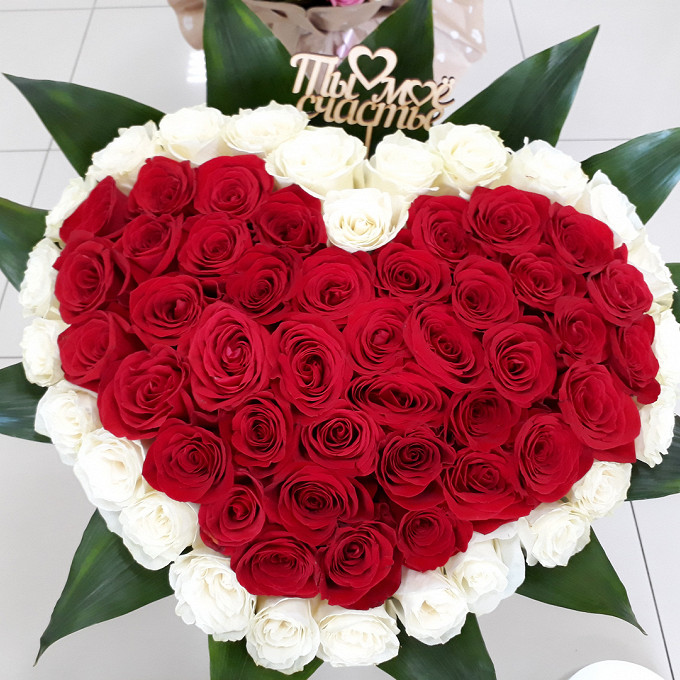 Роза Эквадор (белый, 70 см) — 29 шт., Роза Эквадор (красный, 70 см) — 72 шт., Упаковка Сизаль — 1 шт., Аспидистра — 13 шт., Топпер — 1 шт., Лента — 1 шт.