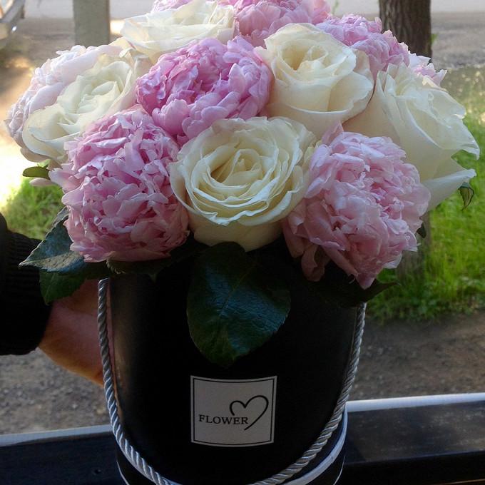 Роза Кения (белый) — 8 шт., Пион (нежно-розовый) — 9 шт., Коробка (прочее, малый) — 1 шт., Оазис — 1 шт.