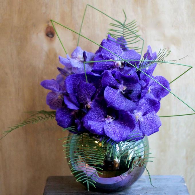 Берграс — 3 шт., Ваза стекло — 1 шт., Орхидея Ванда 1 бутон (фиолетовый) — 15 шт., Аспарагус — 6 шт., Лента — 1 шт.