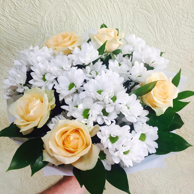 Лента — 3 шт., Упаковка Фетр средний — 3 шт., Рускус — 10 шт., Роза (персиковый, 70 см) — 5 шт., Хризантема кустовая (белый) — 4 шт.