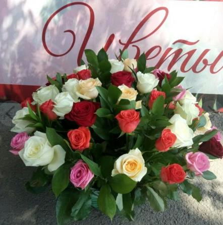 Роза Кения (микс (разных цветов)) — 51 шт., Корзина (овал, большой) — 1 шт., Оазис — 2 шт., Рускус — 30 шт.