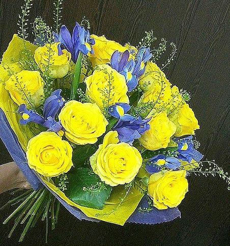 """Роза Кения (желтый, 50 см) — 15 шт., Ирис (фиолетовый) — 7 шт., Упаковка Фетр — 1 шт., Упаковка Фетр малый — 1 шт., Фиолетовая лента — 1 шт., Тласпи """"Грин Белл…"""
