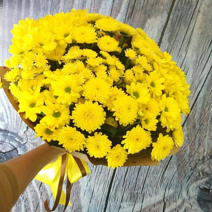 Хризантема кустовая (желтый) — 15 шт., Упаковка Крафт-бумага — 1 шт., Желтая лента — 1 шт., Шоколадная лента — 1 шт.