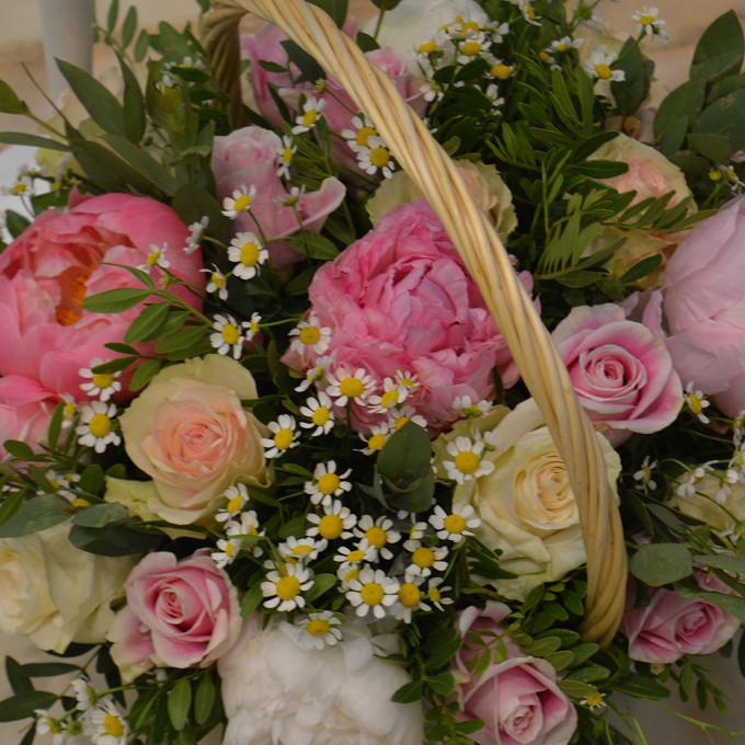 Роза Кения (нежно-розовый) — 15 шт., Ромашка матрикария (белый) — 6 шт., Пион (нежно-розовый) — 5 шт., Эвкалипт — 15 шт., Пистация — 7 шт., Корзина (овал, сред…