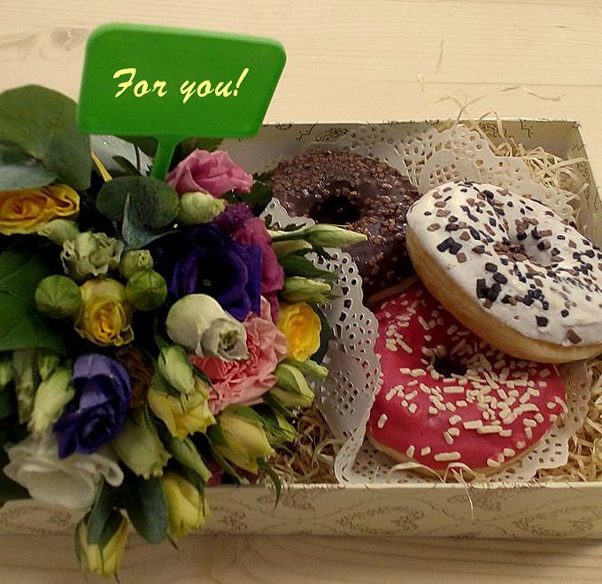 Коробочка с цветами и пончиками
