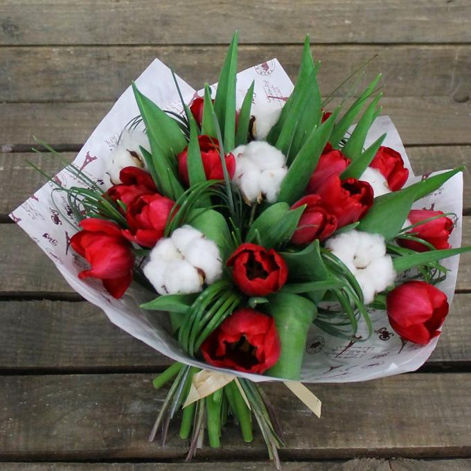 Тюльпан (красный) — 15 шт., Хлопок (белый) — 6 шт., Берграс — 1 шт., Упаковка Крафт-бумага — 1 шт., Лента — 1 шт.