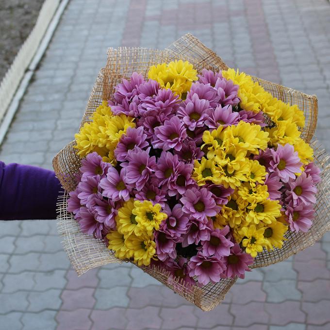 Хризантема кустовая (нежно-розовый) — 6 шт., Хризантема кустовая (желтый) — 7 шт., Упаковка Мешковина — 1 шт., Розовая лента — 1 шт.
