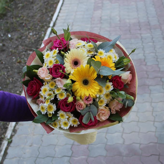 Роза Кения (ярко-розовый, 60 см) — 7 шт., Гербера (желтый) — 3 шт., Лизиантус (микс (разных цветов)) — 5 шт., Хризантема кустовая (микс (разных цветов)) — 5 шт…