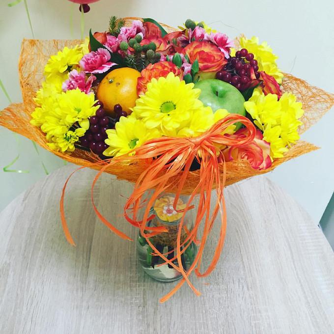 Гиперикум (красный) — 3 шт., Роза Кения (оранжевый, 50 см) — 5 шт., Хризантема кустовая (желтый) — 6 шт., Гвоздика (нежно-розовый) — 3 шт., Апельсин — 1 шт., Я…