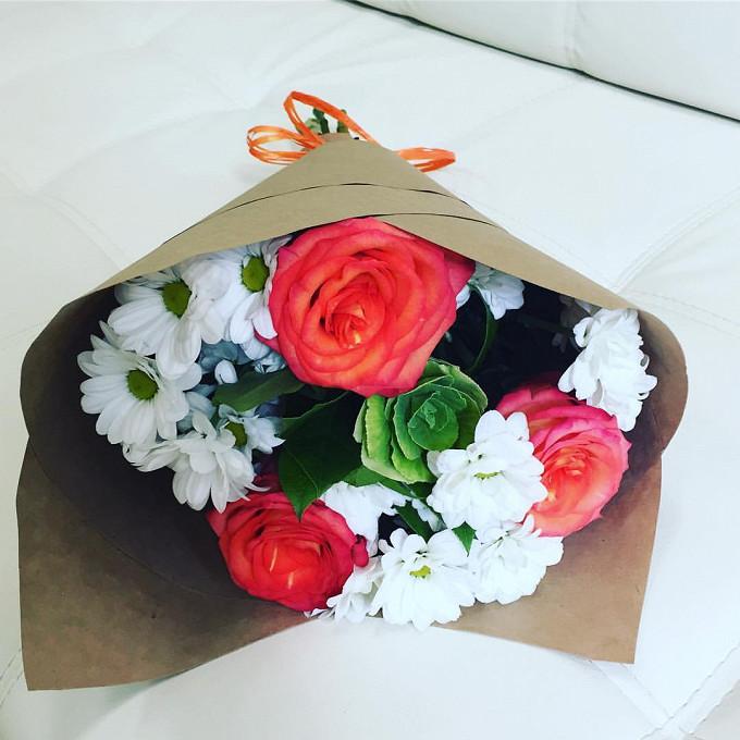 Букетик с розами и хризантемой
