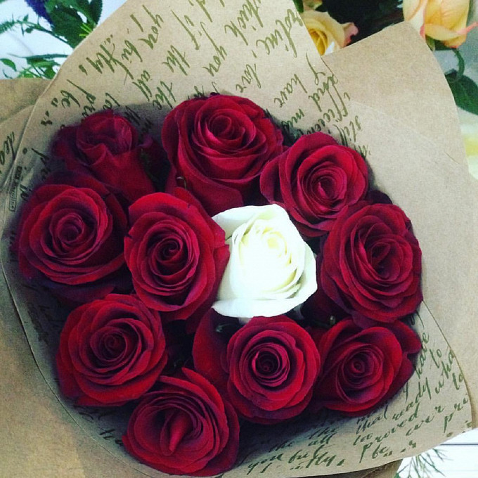 Роза Кения (красный, 50 см) — 10 шт., Роза Кения (белый, 50 см) — 1 шт., Упаковка Крафт-бумага — 1 шт., Лента — 1 шт.