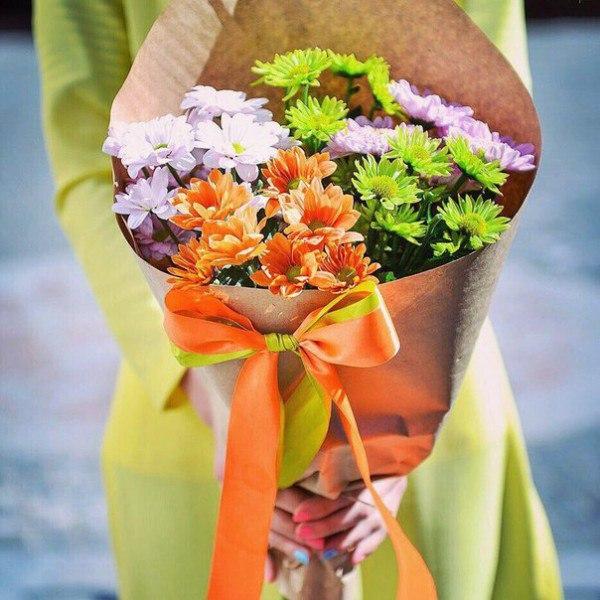 Хризантема кустовая (зеленый) — 1 шт., Хризантема кустовая (розовый) — 2 шт., Лента — 2 шт., Упаковка Крафт-бумага — 1 шт., Хризантема кустовая (оранжевый) — 2…