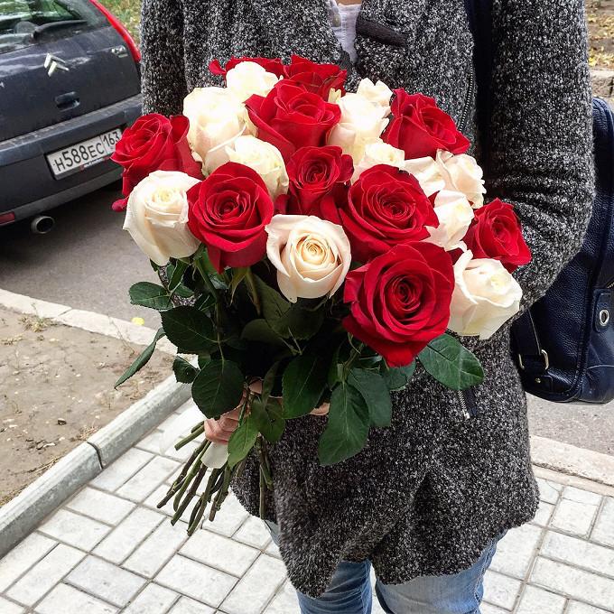 Лента — 2 шт., Роза Эквадор (белый, 50 см) — 10 шт., Роза Эквадор (красный, 50 см) — 11 шт.