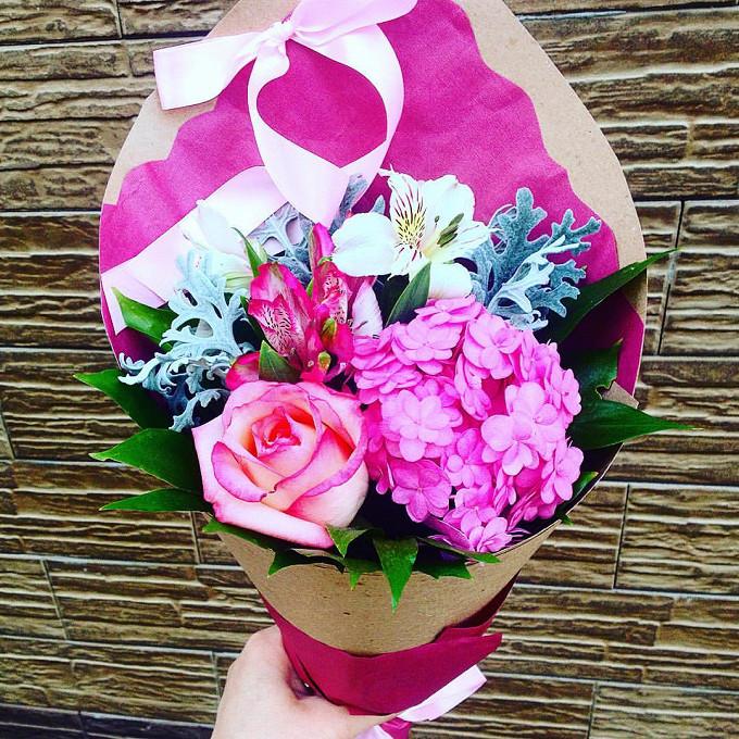 Роза Кения (нежно-розовый, 50 см) — 1 шт., Гортензия (нежно-розовый) — 1 шт., Альстромерия (белый) — 1 шт., Альстромерия (нежно-розовый) — 1 шт., Рускус — 7 шт…