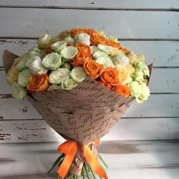 Роза кустовая (белый) — 15 шт., Роза кустовая (кремовый) — 10 шт., Роза кустовая (оранжевый) — 10 шт., Лента — 1 шт., Упаковка Крафт-бумага — 1 шт.