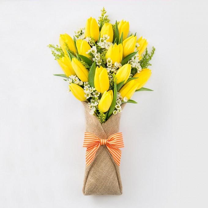 Лента фирменная — 1 шт., Упаковка Мешковина — 3 шт., Солидаго (желтый) — 3 шт., Ваксфлауэр ваксфлауэр (белый) — 5 шт., Тюльпан (желтый) — 17 шт.
