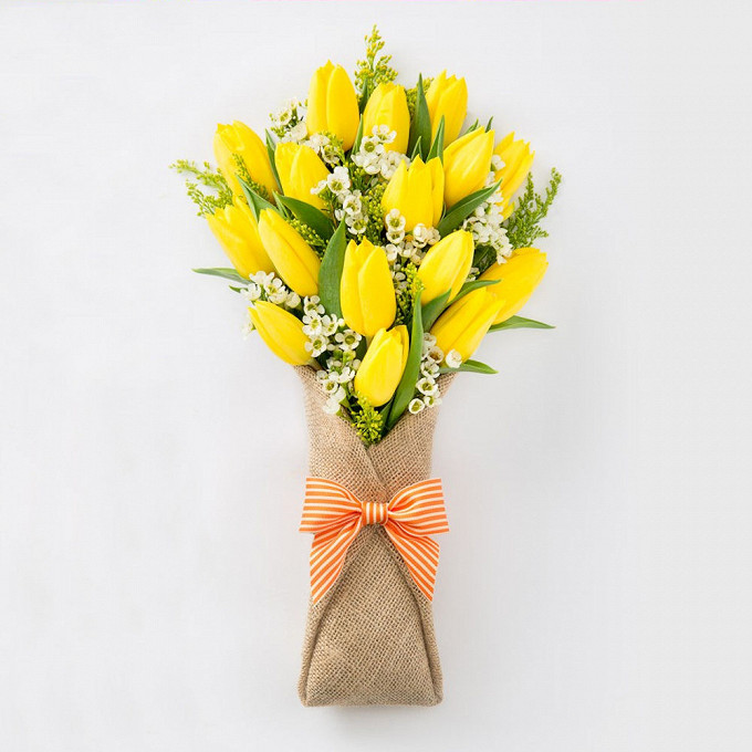 Тюльпан (желтый) — 17 шт., Ваксфлауэр (белый) — 5 шт., Солидаго (желтый) — 3 шт., Упаковка Мешковина — 3 шт., Лента фирменная — 1 шт.