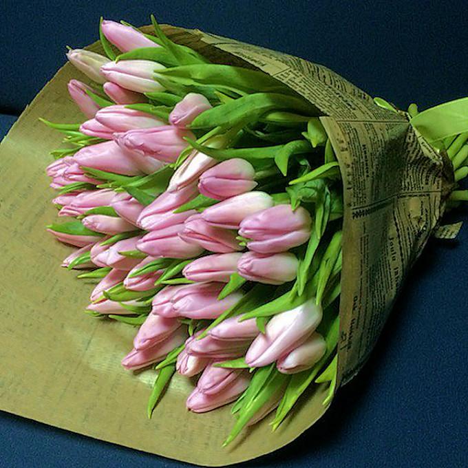 Лента фирменная — 3 шт., Упаковка Крафт-бумага — 2 шт., Тюльпан (розовый) — 51 шт.