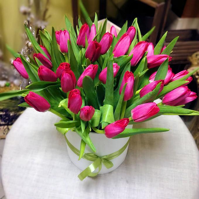 Оазис — 2 шт., Тюльпан (нежно-розовый) — 33 шт., Шляпная коробка (большой) — 1 шт., Лента фирменная — 2 шт.