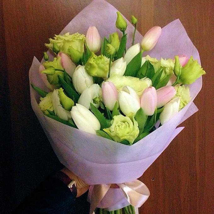 Лента фирменная — 2 шт., Упаковка Фетр — 1 шт., Лизиантус (белый) — 6 шт., Тюльпан (микс (разных цветов)) — 19 шт.