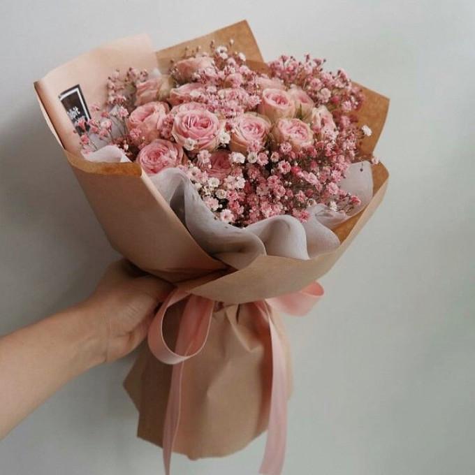 Букет из розовых кустовых роз с гипсофилой