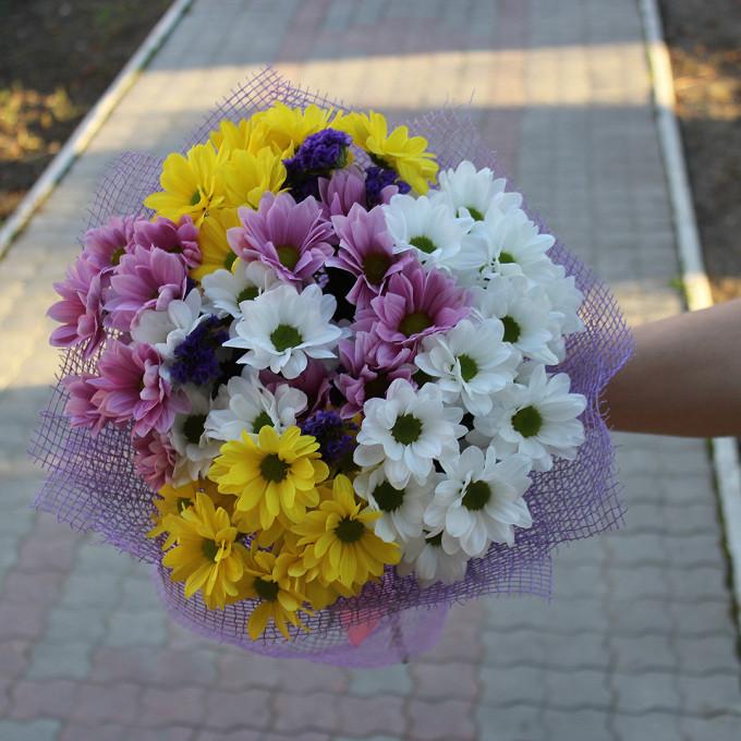 Хризантема кустовая (белый) — 3 шт., Хризантема кустовая (нежно-розовый) — 2 шт., Хризантема кустовая (желтый) — 2 шт., Статица (синий) — 2 шт., Розовая лента …