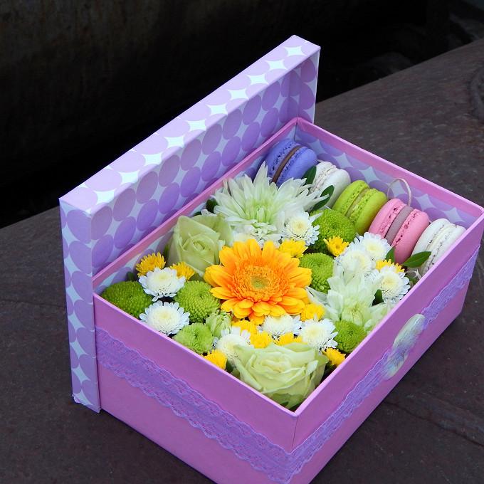 Коробка с цветами и пирожными Macaron Солнечная