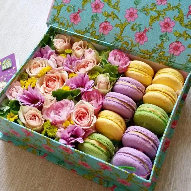 Роза Кения (кремовый) — 8 шт., Хризантема (нежно-розовый) — 1 шт., Хризантема Сантини (желтый) — 2 шт., Лизиантус (нежно-розовый) — 2 шт., Коробка (прямоугольн…