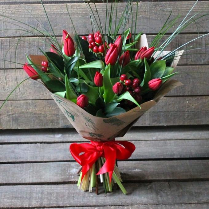 Красные тюльпаны с гиперикумом в крафте