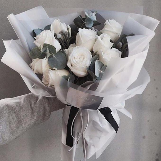 Роза Эквадор (белый, 70 см) — 9 шт., Эвкалипт — 7 шт., Лента — 2 шт., Упаковка Пленка матовая (Корея) — 2 шт.