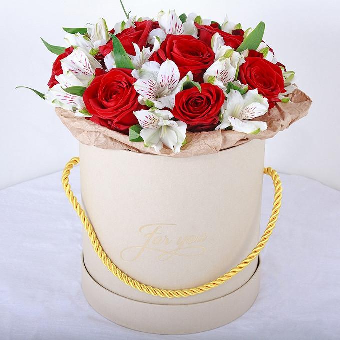 Упаковка Крафт-бумага — 1 шт., Пиафлор — 2 шт., Шляпная коробка (средний) — 1 шт., Альстромерия (микс (разных цветов)) — 10 шт., Роза (красный) — 15 шт.