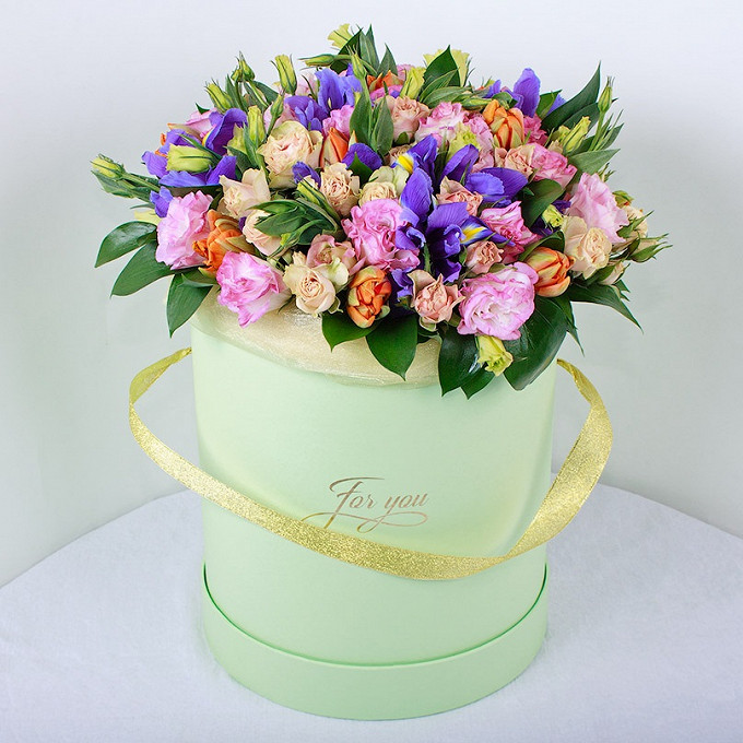 Тюльпан (микс (разных цветов)) — 7 шт., Роза кустовая (микс (разных цветов)) — 5 шт., Эустома — 5 шт., Ирис (синий) — 7 шт., Рускус — 5 шт., Пиафлор — 2 шт., Ш…