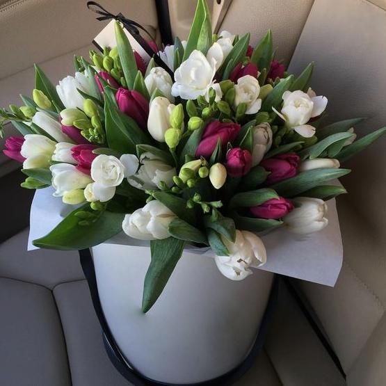 Тюльпаны с фрезиями в шляпной коробке