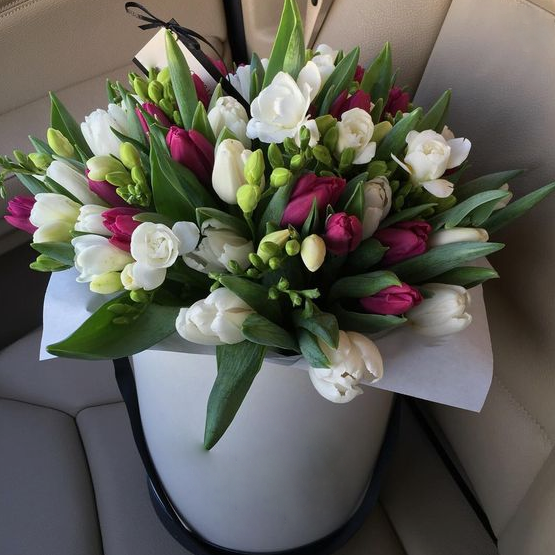 Тюльпан (белый) — 20 шт., Тюльпан (ярко-сиреневый) — 15 шт., Фрезия (белый) — 10 шт., Шляпная коробка (средний) — 1 шт., Пиофлор — 1 шт.