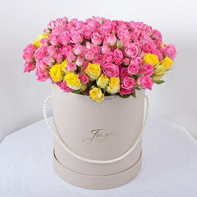 Роза кустовая (микс (разных цветов)) — 19 шт., Шляпная коробка (средний) — 1 шт., Пиафлор — 2 шт., Упаковка Фетр — 1 шт.