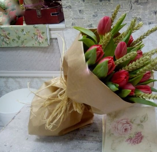 Красные тюльпаны с колосьями в крафте