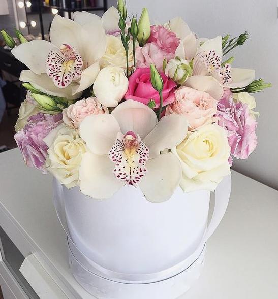 Орхидея Цимбидиум 1 бутон (белый) — 5 шт., Роза Кения (белый) — 7 шт., Роза Кения (нежно-розовый) — 3 шт., Ранункулюс (нежно-розовый) — 2 шт., Роза кустовая (к…