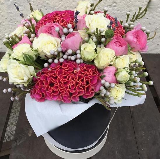 Упаковка Крафт-бумага — 1 шт., Лаванда (фиолетовый) — 5 шт., Ранункулюс (розовый) — 10 шт., Капс Бруния (белый) — 10 шт., Роза кустовая (белый) — 7 шт., Целози…