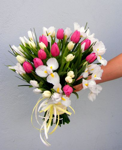 Лента — 1 шт., Тюльпан (нежно-розовый) — 10 шт., Тюльпан (белый) — 9 шт., Ирис (белый) — 10 шт., Упаковка Крафт-бумага — 1 шт.