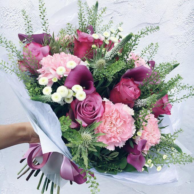 Роза Кения (нежно-сиреневый, 60 см) — 7 шт., Калла (нежно-розовый) — 6 шт., Ромашка Камилла (белый) — 6 шт., Вероника (белый) — 6 шт., Эрингиум синий (белый) —…